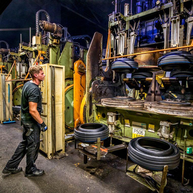 De persen in de Vredestein-fabriek in Enschede. Beeld Raymond Rutting / de Volkskrant