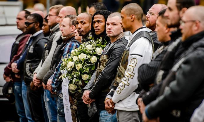 Leden van motorclub No Surrender wachten de rouwauto op in een erehaag tijdens de uitvaart van captain Brian Dalfour.