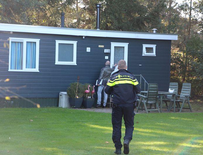 Bij elk chalet of huisje op het vakantiepark wordt tijdens de controle aangeklopt om te controleren of en zo ja wie er verblijft.