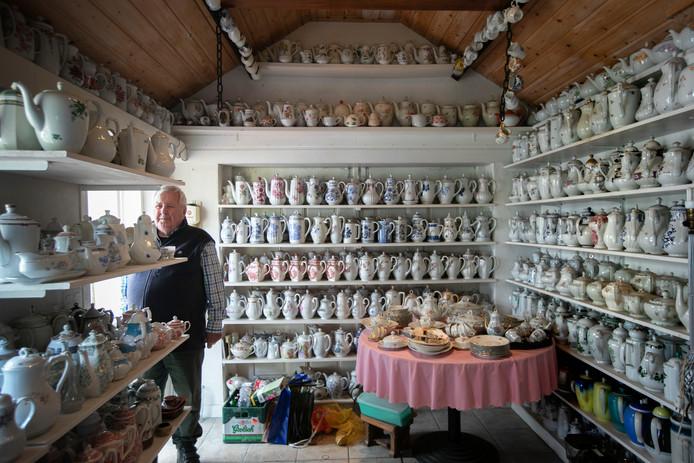 Wim van Hout in zijn garage in Gerwen bij de collectie servies en koffiepotten.