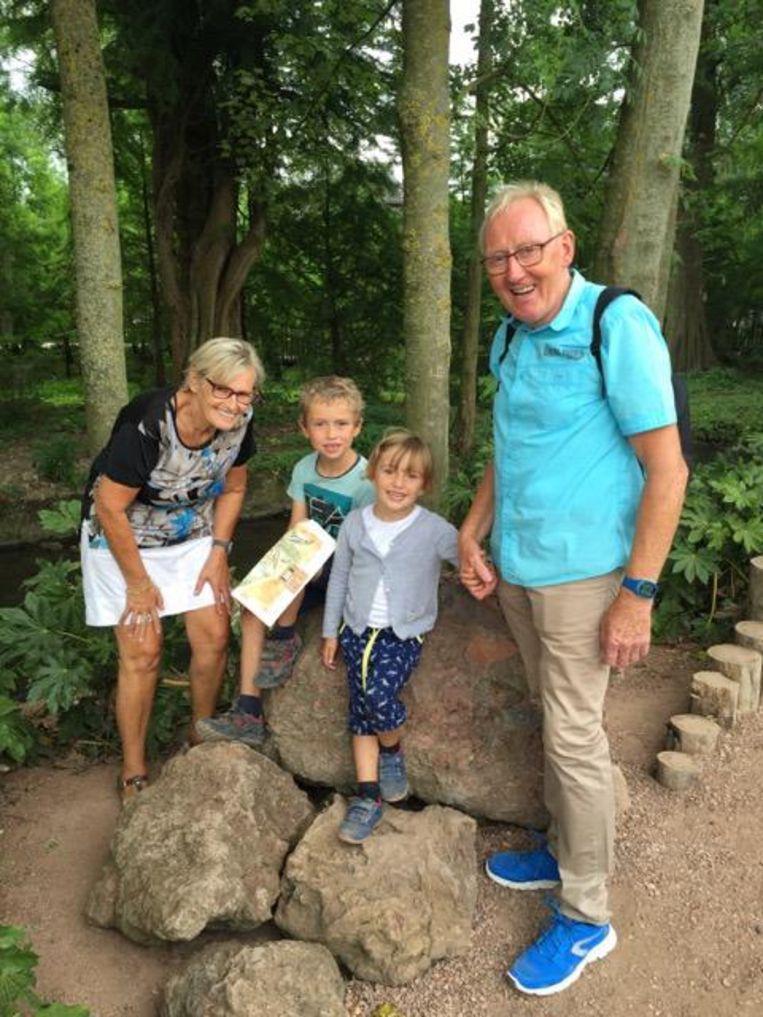 Ex-wielrenner Etienne Van Braeckel (64) met zijn echtgenote Julia en hun kleinkinderen Stan en Lore.