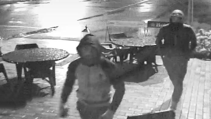 De twee mannen die gezocht worden.
