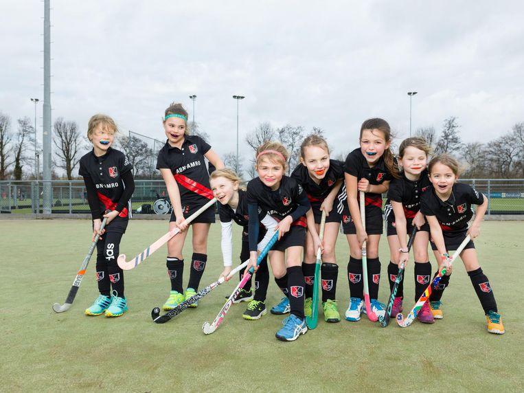 (Vlnr) Félice (7), Filine (8), Hannah (7), Sophia (7), Philine (7), Leah (8), Juliette (7), Marilou (7), F1, AH & BC. Beeld Ivo van der Bent