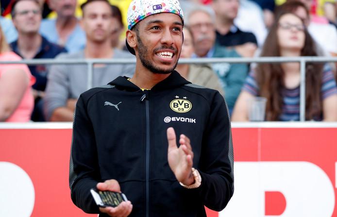 epa06081929 Dortmund's Pierre-Emerick Aubameyang reacts on the bench during the second half of a test match between Rot-Weiss Essen and Borussia Dortmund in Essen, Germany, 11 July 2017.  EPA/FRIEDEMANN VOGEL