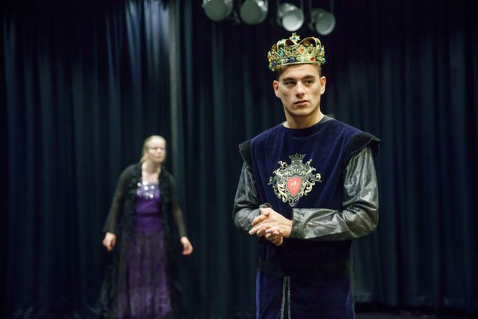 Theaterwerkgroep Tiuri in 2017 tijdens een repetitie voor een voorstelling in De Kring in Roosendaal. Speler Kevin als koning, en op de achtergrond Anne als tovenares.