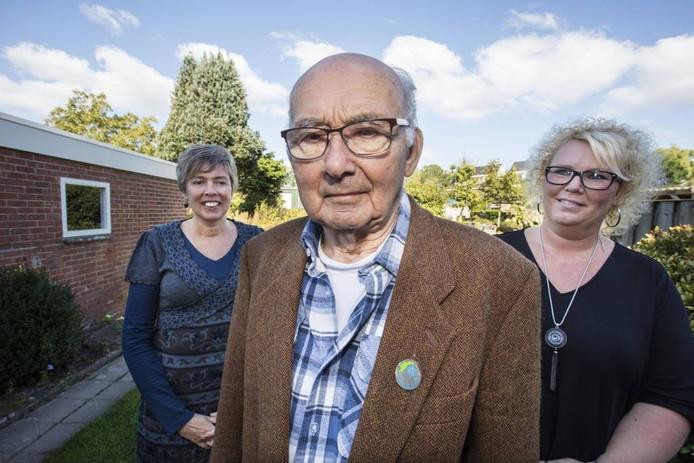Ad Verhoek uit Nuenen, met links van hem dochter Corrie en rechts Simone den Uijl van de stichting 2109.