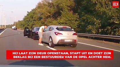 Boze chauffeur stopt midden op snelweg