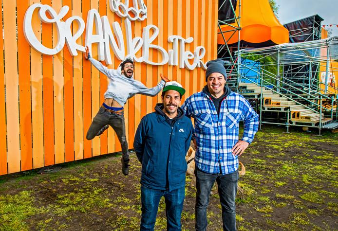Jamil Sancha (rechts), Dennis Ebeli (midden) en iemand die het podium van Oranjebitter opbouwt.