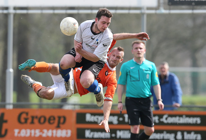 Dave Ankersmit (wit shirt) scoorde de 1-0 voor Varsseveld tegen AZSV.