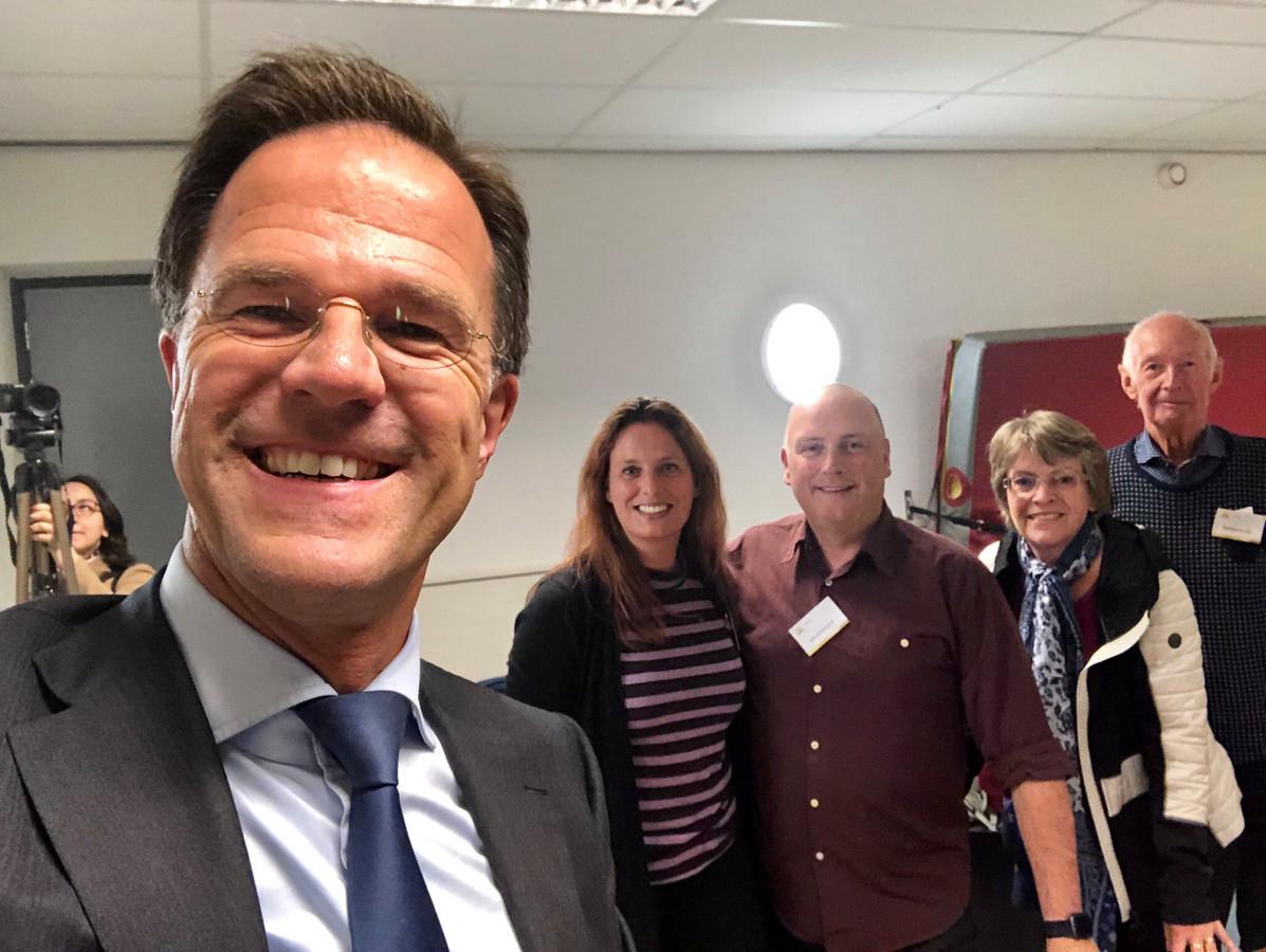 Onder toeziend oog van deze stembureauleden stemde VVD-leider Mark Rutte in Den Haag, zijn woonplaats