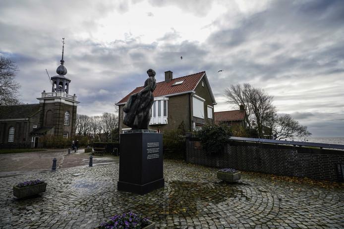 Op het Urker vissersmonument staan 368 namen van vissers die het leven lieten op zee.
