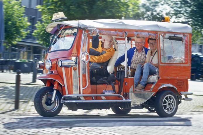 Gepensioeneerde Dhr. Bekenkamp uit Veghel start met taxivervoer tuktuk Meijerijstad.