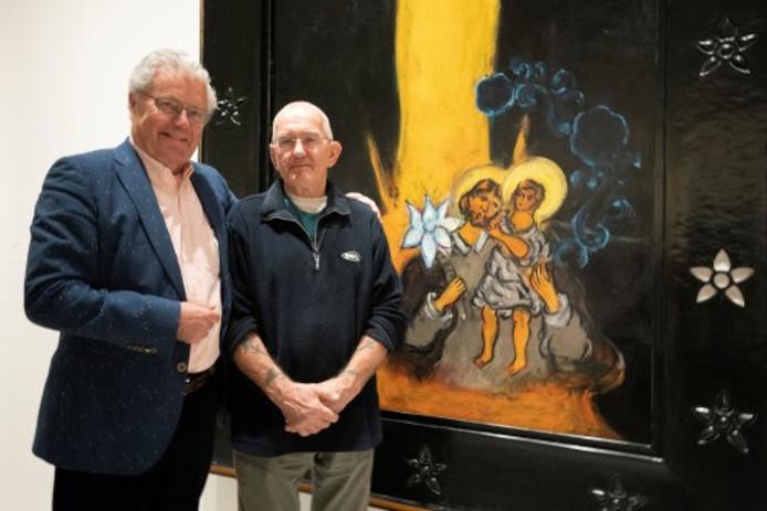 Het 'vermiste' schilderij met rechts Hans van Hoek en links de eigenaar die niet met zijn naam wenst te worden genoemd.