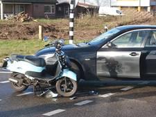 Scooterrijdster gewond bij botsing tegen auto