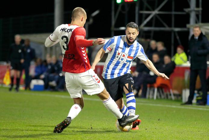 Rochdi Achenteh (r) namens FC Eindhoven in duel met Jong FC Utrecht.