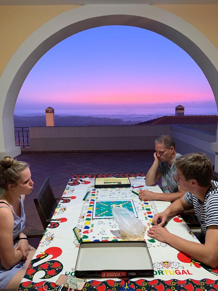 Scrabble op het balkon met een prachtig uitzicht op de Atlantische Oceaan. Een echte vakantiedag in West-Portugal.