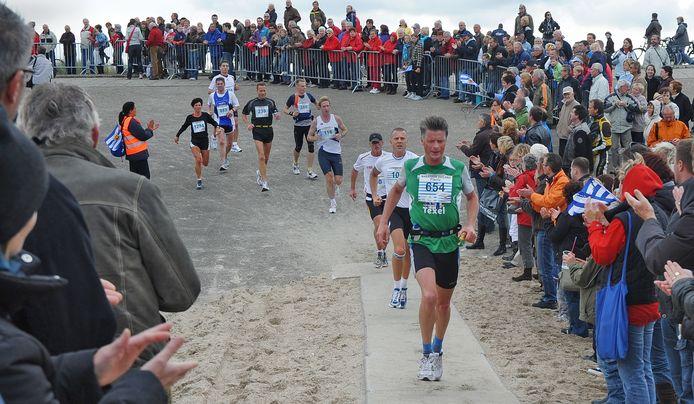 De Kustmarathon trekt altijd veel publiek. Dat is niet te doen met een anderhalve-meterregel, vindt de organisatie.