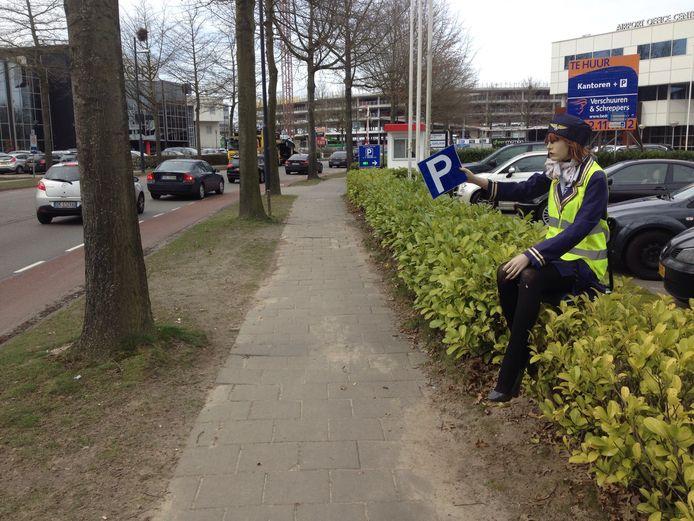 Rondom Eindhoven Airport proberen veel bedrijven een graantje mee te pikken van de grote behoefte aan goedkope parkeerplekjes.