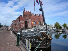 Kasteelschip heeft voor even vaste wal in Elburg
