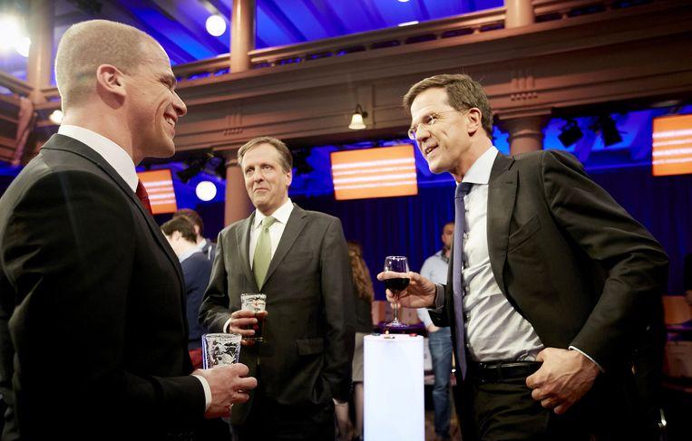 Partijleiders Diederik Samsom (PvdA), Alexander Pechtold (D66) en Mark Rutte (VVD) heffen het glas na het RTL-verkiezingsdebat. Beeld anp