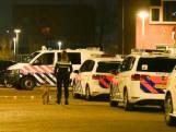 Politie met speurhonden en zaklampen op zoek naar plofkrakers