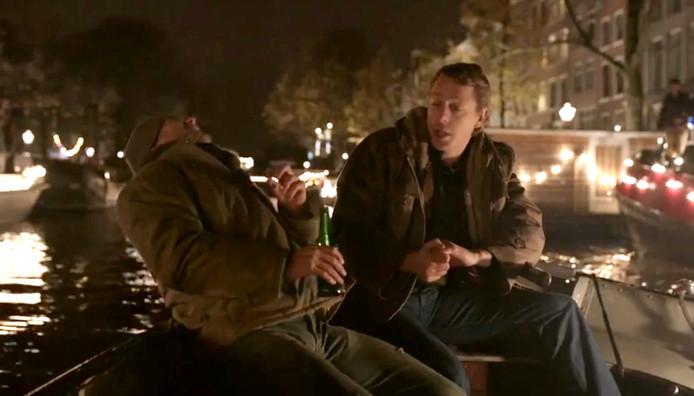 De acteurs drinken in de Heinekenfilm uit de verkeerde kleur flesjes.