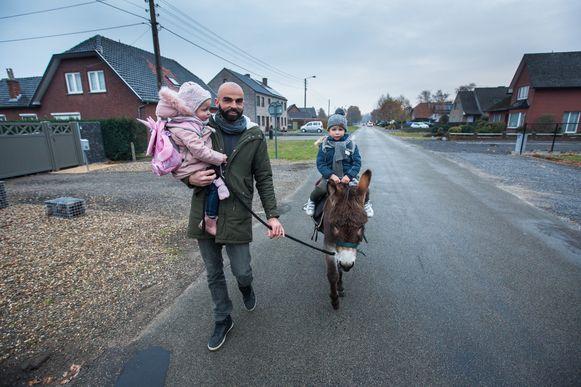 Papa Niels brengt zijn kinderen Juul en Fleur elke dag naar school op de rug van ezel Victor.