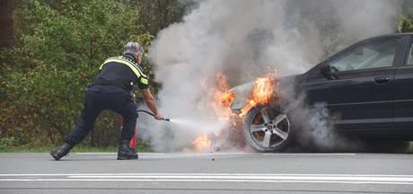 Auto in Wolfheze vliegt in brand tijdens het rijden