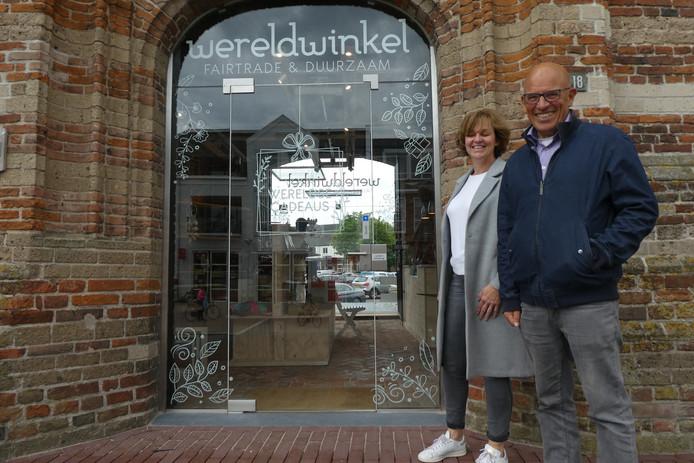 Arjanne Neutkens en Lodie Hofland bij de nieuwe entree van de Wereldwinkel op de sokkel bij de Oude Toren.