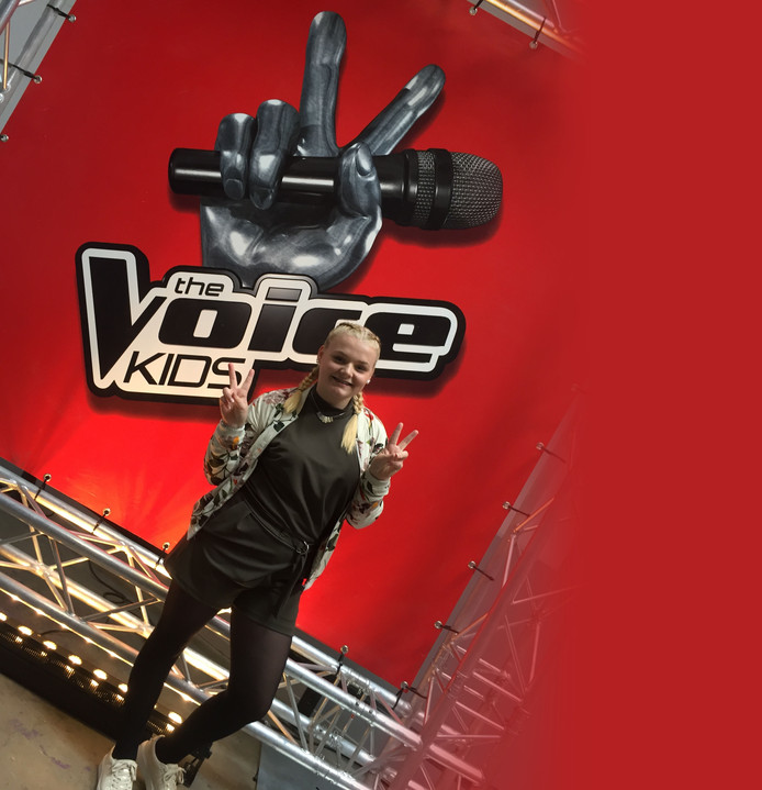 Karlijn Luisman in blind audition Voice Kids