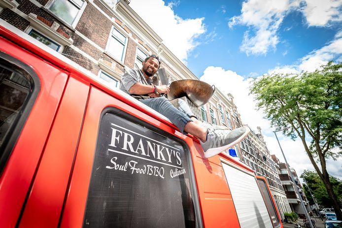 Franky Simin op zijn foodtruck in Rotterdam.