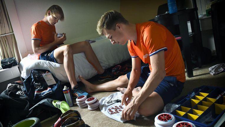 Jordy Harink en Luc ter Haar prepareren hun skeelers op hun hotelkamer in Epe. Beeld Marcel van den Bergh/de Volkskrant