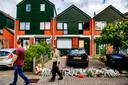 Bloemen en knuffels bij de woning op de Heimerstein waar het drama plaatsvond.