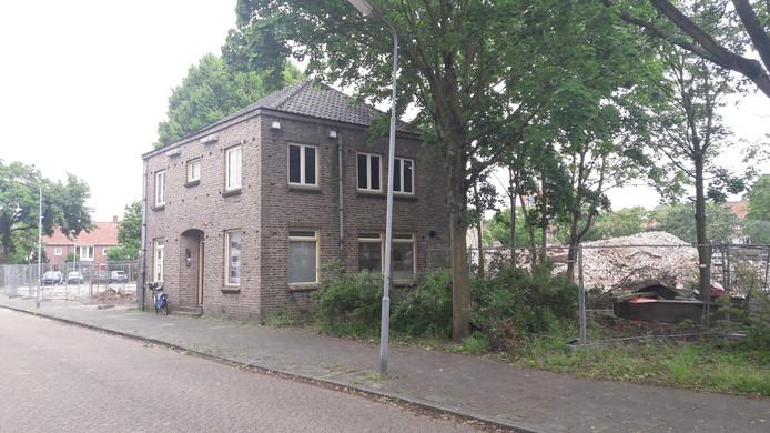 De voormalige pastorie aan de Edisonstraat in Boschveld staat op de nominatie om gesloopt te worden. De gebruikers hebben (nog) geen andere ruimte.