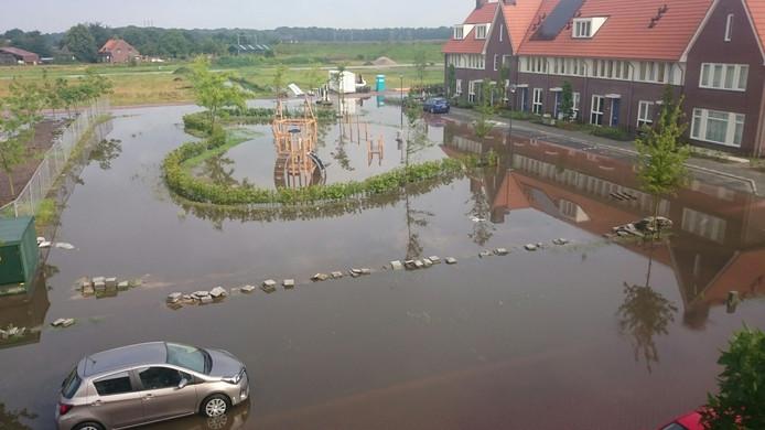 De riolering van de nieuwe speeltuin in Dorst kon het water niet aan.