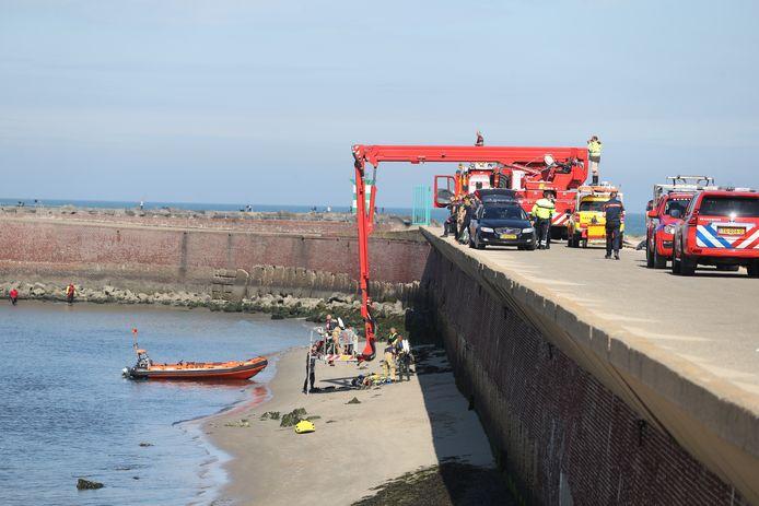 Tussen de havenhoofden bij Scheveningen is vandaag weer een zoekactie gaande.