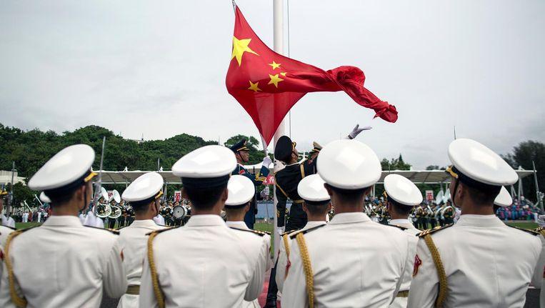 Militair personeel van het Chinese leger eerder deze maand bij de presentatie van een vliegdekschip. Beeld epa