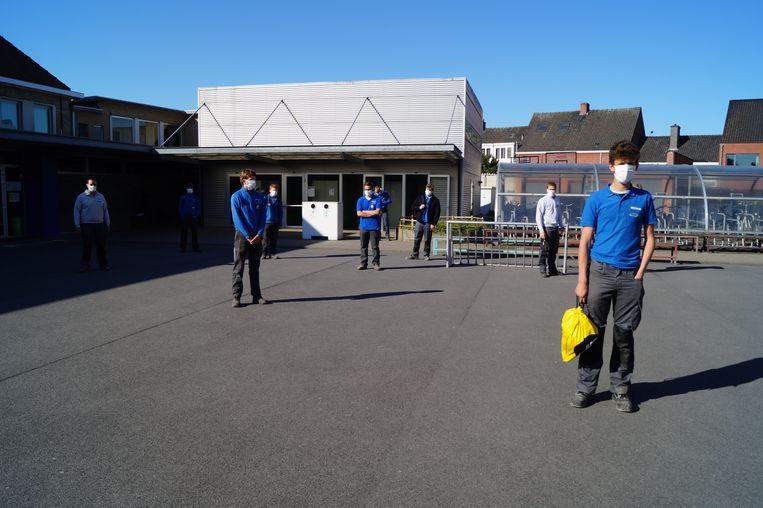 Het zesde jaar houtbewerking op de speelplaats, samen op weg naar het klaslokaal.