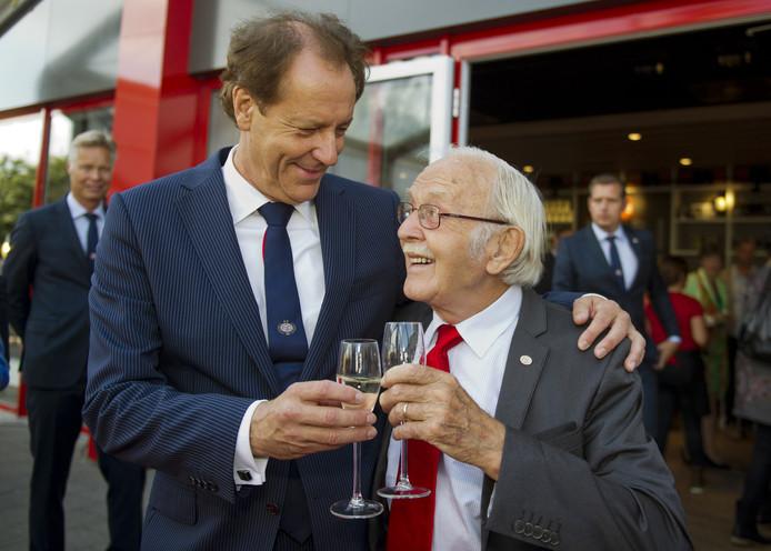 De Eindhovense burgemester Rob van Gijzel proost met Fons van Wissen op het 100-jarig bestaan van PSV in 2013.