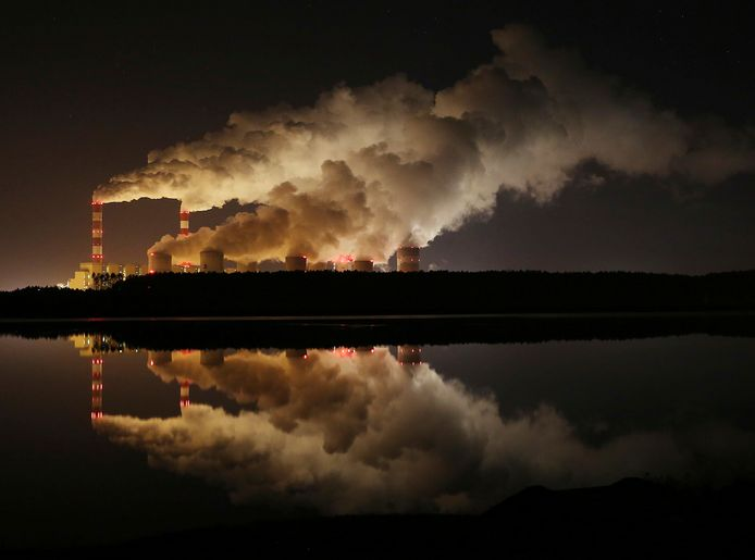 Beeld ter illustratie. Rookwolken boven de grootste bruinkoolcentrale van Europa in het Poolse Belchatow.