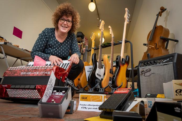 Anja Boons in haar pop-upstore aan de Oudestraat 53 in Kampen met haar omvangrijke collectie muziekinstrumenten en bladmuziek.