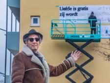 'Liefde is gratis', zegt Kees van Kooten die terugkeert in zijn oude buurtje met een vrolijk makende muurtekst