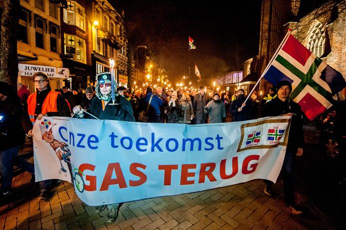 Verontruste Groningers lopen mee in een fakkeloptocht door het centrum van de stad om hun stem te laten horen tegen de gaswinning in de provincie.