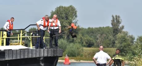 Rijkswaterstaat haalt verdachte zwembandjes uit Waal bij Brakel, politie doet onderzoek