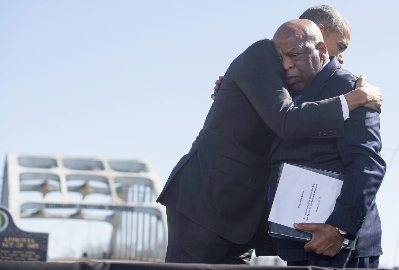 John Lewis omhelst president Obama in 2015, tijdens de herdenking van de vrijheidsmars van Selma naar Montgomery.