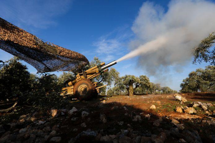 Door Turkije gesteunde opstandelingen nemen het oprukkende Syrische leger onder vuur.