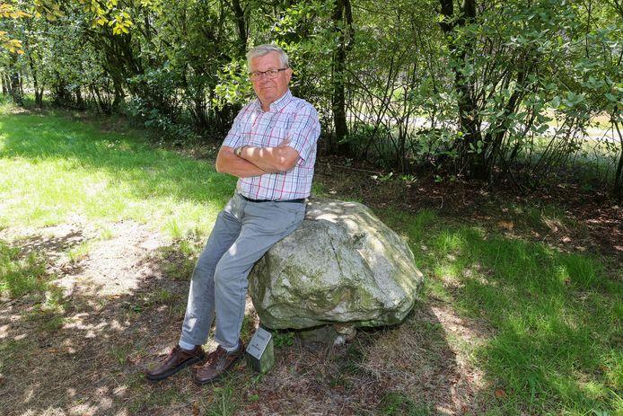 Bernhard Fleerakkers van heemkundekring Reusel op een van de keien.