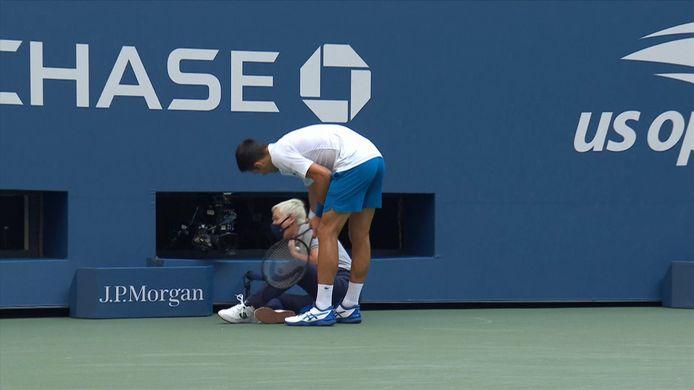 Djokovic slaat bal in het gezicht van lijnrechter.