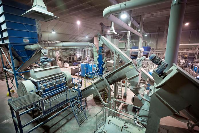 De kunststofsnippers worden bij Coolrec gezuiverd in een reeks van machines.