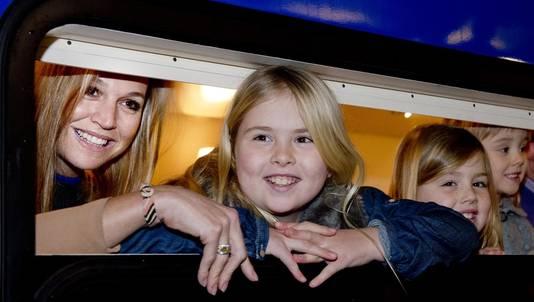 Prinses Amalia met haar moeder prinses Maxima en zusjes Alexia en Ariane in de koninklijke trein.